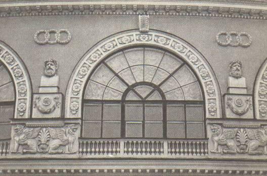 В плане он повторяет мягкий изгиб галереи .  Снаружи арки оконных проёмов как бы опираются на колонны.